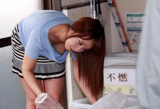 ゴミ捨て場で胸チラ全開の美人妻!ノーブラの美乳乳首に発情してNTR中出しレイプ